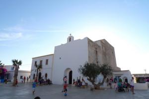 Dass viele Kirchen auf den Balearen aussehen wie Festungen, hat einen Grund. In ihnen verschanzte sich die Bevölkerung bei Piratenangriffen. Wobei die Bezeichnung Sklavenjäger besser wäre, denn große Schätze hatte die Landbevölkerung nicht. Gesucht wurden stattdessen Sklaven. Bild: Nacho Pintos